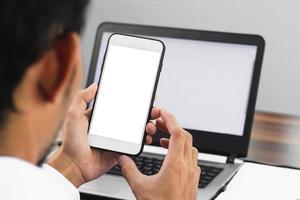 close-up zakenman die smartphone gebruikt die op kantoor werkt foto