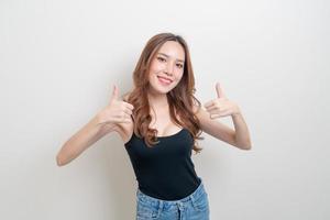 portret mooie aziatische vrouw met hand toon ok of ga akkoord met handteken op witte achtergrond foto