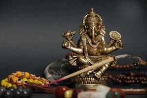 tafel met occulte attributen, bovenaanzicht. Ganesha beeldje, foto