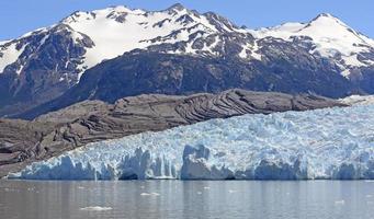 alpiene gletsjer die van de bergen naar beneden komt foto