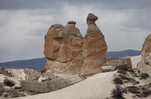 sprookjesachtige schoorstenen in cappadocië, turkije, sprookjesachtige schoorstenen landschap foto