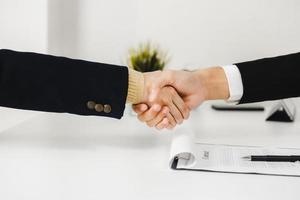 succesvolle onderhandelingen en zakelijke deal foto