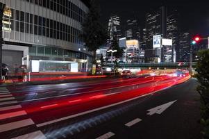 de stad van het nachtleven schittert van licht foto