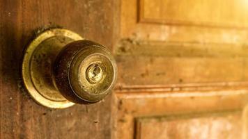 metalen messing deurknop open huis foto