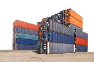 stapel vrachtcontainers op witte achtergrond met uitknippad foto