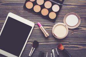 bovenaanzicht een verzameling cosmetische make-up op houten tafel. foto
