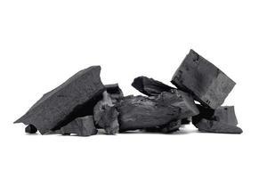 zwarte houtskool wordt gebruikt als warmte-energie op een witte achtergrond. foto