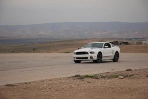 auto's op het circuit en op de wegen van de woestijn foto