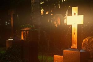 christendom religie symbool glanzend kruis op begraafplaats foto