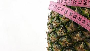 gezonde fruitananas en meting foto