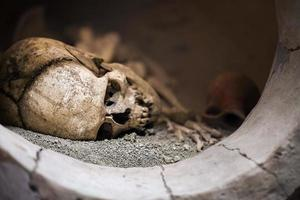 menselijke dood skelet botten en schedel foto