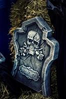 enge halloween-symboolschedel op grafsteen foto