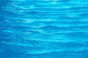 oceaan met zand en schelpen in water foto