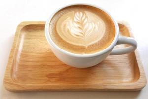 bovenaanzicht van een mok latte art koffie. foto