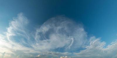 levendige kleuren panoramische hemel met wolk op een zonnige dag. foto