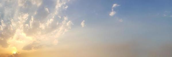 dramatische panoramahemel met wolk op schemertijd. foto