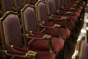 lege stoelen in de concertzaal foto
