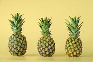 ananas fruit geïsoleerd op gele achtergrond. foto