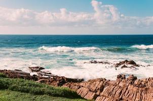 rotsachtig strand van de indische oceaan, margate foto