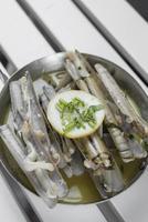navajas scheermessen tapas gebakken met knoflookboter witte wijnsaus in santiago de compostela spanje foto
