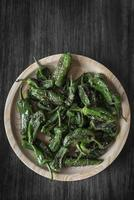 pimientos padron gegrilde spaanse groene chilipepers tapassnack op plaat in rustieke santiago de compostela restaurant foto