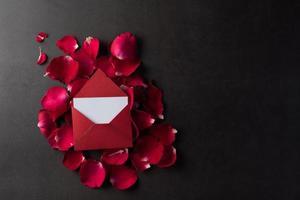 rode roos met witte kaart. foto