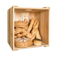 Brood in houten kist geïsoleerd op een witte achtergrond met uitknippad foto
