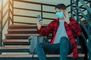 Aziatische man die facetime videobellen maakt met smartphone thuis foto