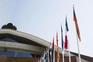 vlaggen tegen blauwe lucht foto