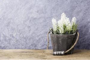 lavendel in de bloempot op oud hout foto