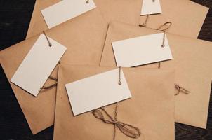 envelop van kraftpapier op een houten tafel foto