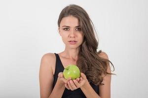 schoonheid vrouw met groene appel terwijl geïsoleerd op wit. foto