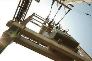 elektrische transformator op betonnen paal foto