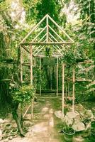 oud plantenhuis in de tuin met vintage filter foto