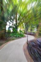 abstract vervagen loopbrug in bamboetuin foto