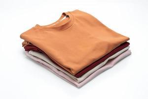 gevouwen t-shirts geïsoleerd op witte achtergrond foto