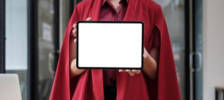 laptopcomputer met wit scherm in de handen van een zakenvrouw op kantoor foto