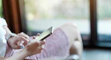 close-up hand van vrouw die smartphone gebruikt, sms't foto