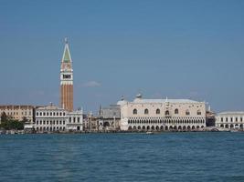 st mark plein gezien vanaf st mark bassin in venetië foto