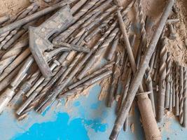 oude houtboren en stalen gereedschappen op een tafel met stof en spanen foto