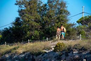 mensen die genieten van het strand van es calo in formentera in de zomer van 2021. foto