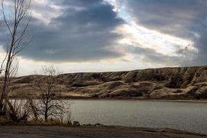 glooiende heuvels boven Bow Lake foto