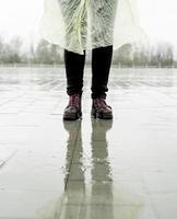 vrouw die in de regen loopt, in plassen staat foto