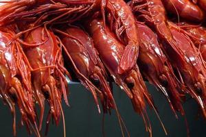 garnalen en kreeft op een Spaanse vismarkt foto