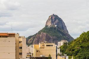 suikerbroodberg gezien vanaf de top van een gebouw in rio de janeiro foto