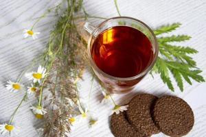 thee met koekjes en een boeket foto