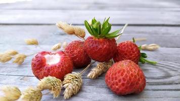 aardbeien close-up met droge takjes ontbijtgranen foto