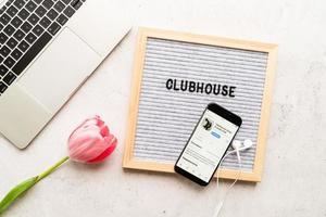 belorechensk, rusland 2021- clubhuis applicatieweergave op smartphone, woorden clubhuis foto