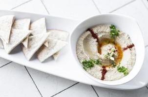 biologische hummusdip en pitabroodjesnack uit het Midden-Oosten in tel aviv, israël foto