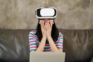 Aziatische vrouw met vr-headset, kijken naar de 3D virtuele simulatie. foto